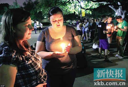■当地时间17日晚,在韦科市政厅外,贝勒大学的学生们为韦斯特化肥厂爆炸案的死伤者点起蜡烛守夜。 图片来自英国《每日邮报》