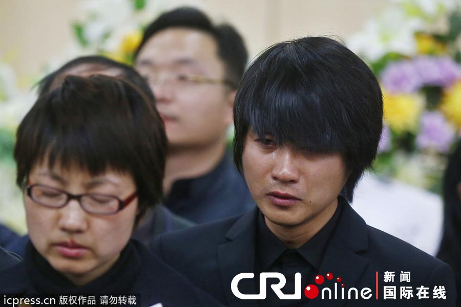 在追悼会现场,韩寒伤心落泪.图片来源:佚名/东方ic图片