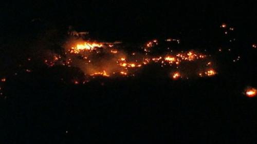 美国已入深夜,但爆炸起火的地点仍有熊熊烈火