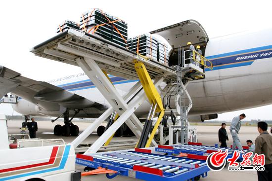 安检合格的货邮被装运至飞机的货仓(此图片由机场提供)