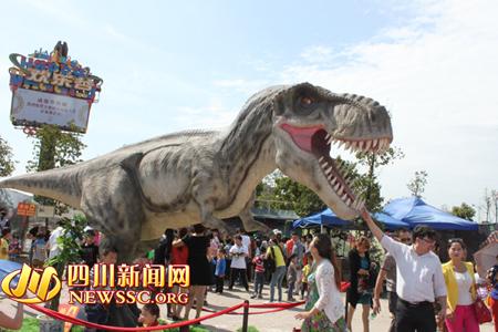 """五一小长假 去成都欢乐谷与""""恐龙""""亲密接触(图)"""