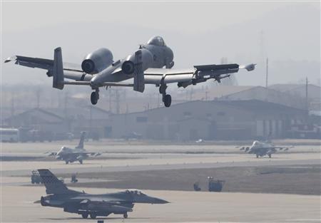美军A-10战机在韩国军事基地降落。