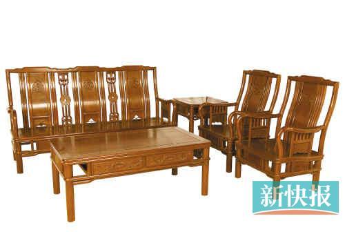 7990元 地点:雍博堂金海马,博皇店推荐理由:这套简约的红木沙发其实已
