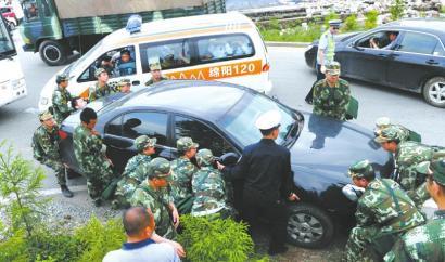 私家车停路中间车主不知去向 武警徒手抬开(图)