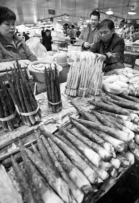 """王勇摄/原标题:毛笋、雷笋价格""""跳水""""至低点近日,菜市场内笋的种类..."""