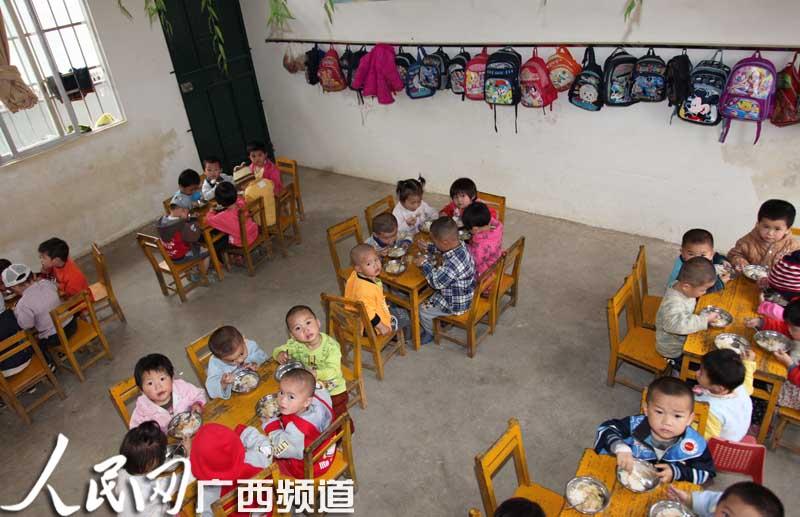 小班学生在吃饭.