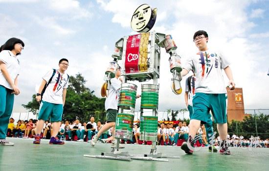 """高一""""机器人设计与制作班""""自制的会捡垃圾的"""