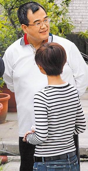 前天宣判后,林益世在律师事务所露出笑容。前为妻子彭爱佳。图片来自台湾媒体