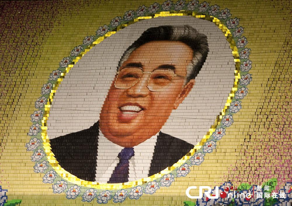 朝鲜万人组成巨大马赛克图案向领导人致敬(高清组图)