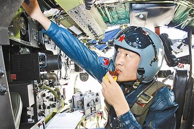 兰空歼击机某旅飞行员在塔台开饭