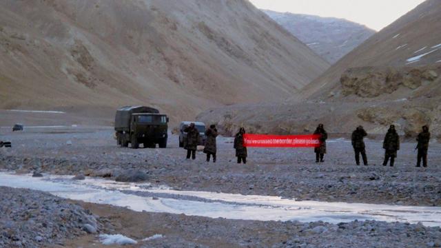 """中国军人5日打出英文横幅提示印军后撤,横幅上写:""""你们已跨过边界,请撤回""""。"""