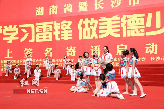 """5日,全省的青少年朋友可登录中国文明网,参与""""学习雷锋、做美"""