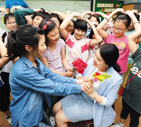 5月15日韩国教师节小学生送康乃馨谢图片小学元旦节目单师恩