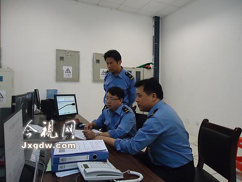抚州车站新任职的书记刘忠东、站长肖俊、副站长罗小飞正在研究工作方案