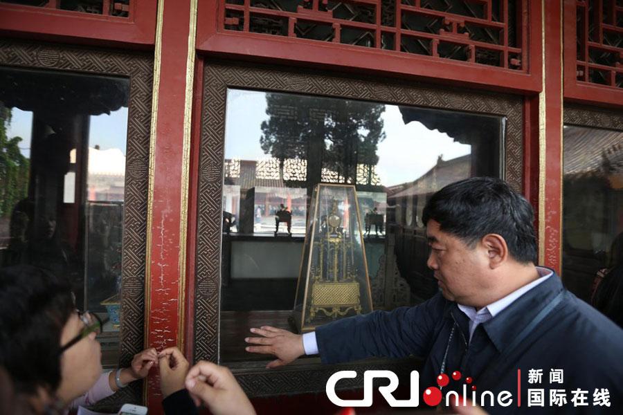 2013年5月5日,北京故宫被砸窗户更换防砸玻璃,专家介绍钟损坏情况。图为故宫博物院院长演示防砸玻璃。图片来源:CFP/CFP 中新网北京5月5日电(记者 应妮)故宫博物院5日上午就关于一男性观众将翊坤宫玻璃打碎伤及文物的情况通报举办专场发布会,就相关情况予以介绍。 故宫博物院方面表示,5月4日上午11时10分,在故宫内西路开放区的翊坤宫,一男性观众徒手击碎正殿原状展室一块窗户玻璃,致临窗陈设的一座文物钟表跌落受损,现场工作人员当即发现并控制住肇事者,同时报案。受损文物为清代铜镀金转花水法人打钟(故1