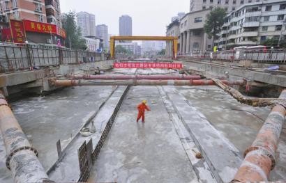 地铁三号线首个三层车站昨封顶
