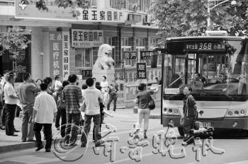英语考试期间,青岛旅游学校门口,部分家长挡在学校门前过往的