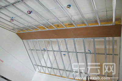 """二楼房间将斜面天花板改成""""屋顶""""式吊顶"""
