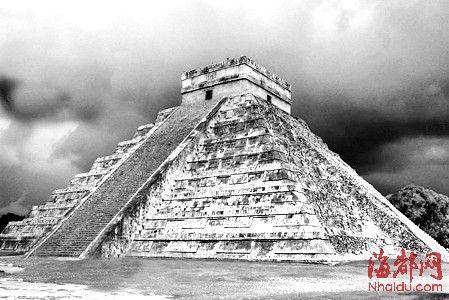 遗址里有金字塔神庙,柱厅殿堂,球场,市场和观象台等