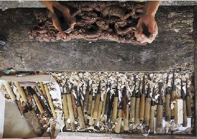 手握东阳木雕工艺,花园村是中国红木家具第一村. 闻人达 摄