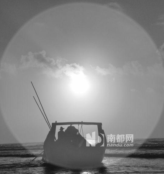 清晨,太阳刚刚升起,渔民迎着太阳向大海驶去.
