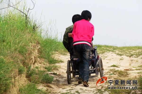 """韩萍用轮椅推父亲""""出游"""""""