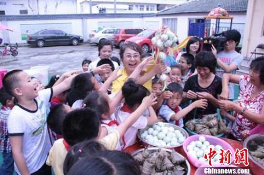 浙江温州基层街道侨联开展包粽子活动欢度端午