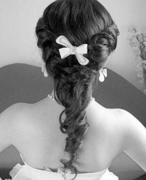 超模凯特·莫斯 (kate moss) 都是以自然垂落的长发,作为新娘发型的.