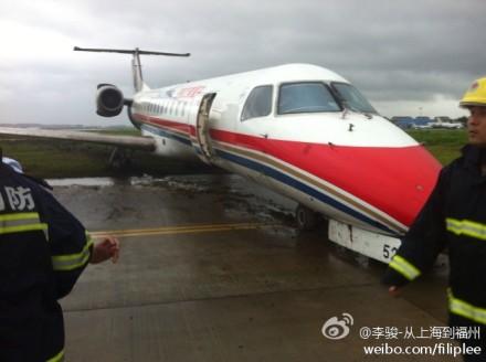 飞机在降落机场后,偏离滑行道(网友请与东方网联系,索取稿费)