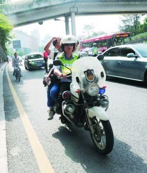 终于在开考前坐交警的摩托车赶到了考场.-广州交警爱心送考 高考