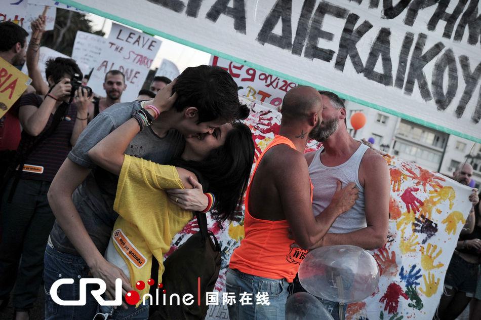 希腊、美国同性恋大游行 男男拥吻 基情四射