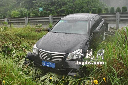 司机给儿子过儿童节心切,车速过快冲破护栏险坠崖。