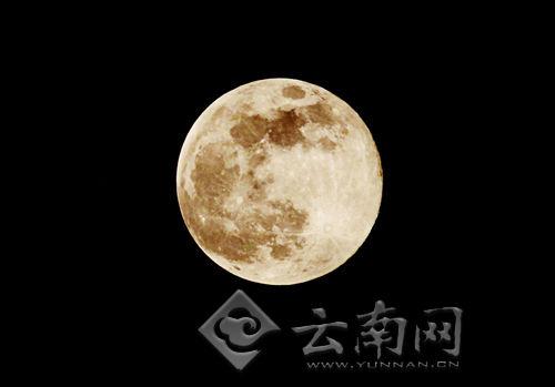 用长焦镜头拍摄的超级月亮