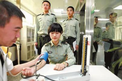 孙晶磊/一位女兵正在进行采血前的体检 本报记者孙晶磊摄...