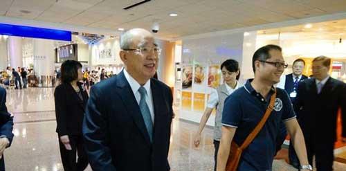 """吴伯雄在结束访问大陆行程后,14返抵台湾。对于此次""""习吴会""""的成果,吴伯雄表示""""双方消除了许多误解"""",许多意见都得到了大陆善意的回应。 图片来源:香港""""中评社"""""""