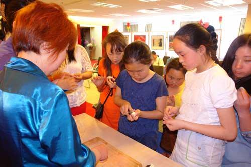 蒙古国中学生现场学习面品手工艺品