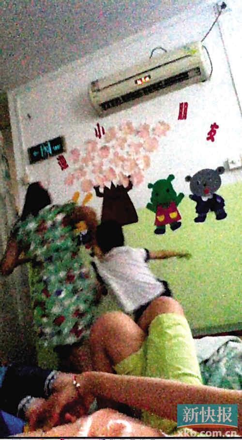 幼儿园老师拽起小男孩衣服不让他午睡.视频截图