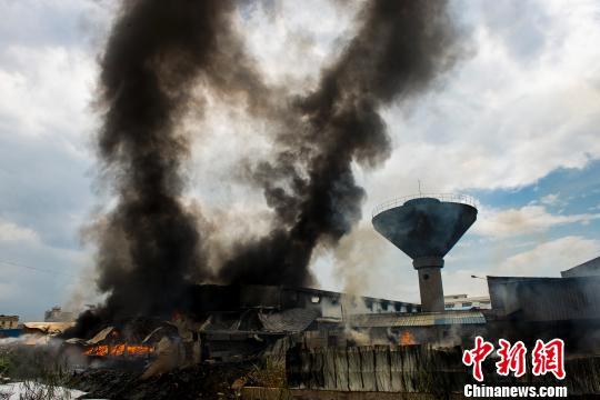 圖為佛山南海一家食品原料倉庫的火災現場�!↓堄铌枖z