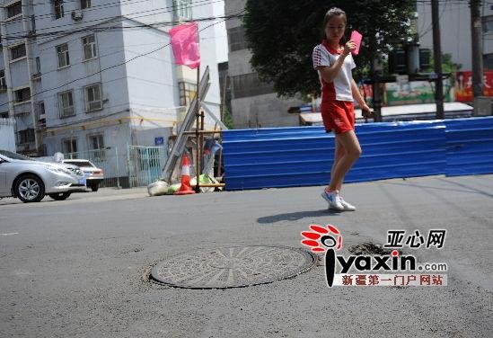图为7月11日中午2点 在乌鲁木齐市红山路北五巷,窨井盖已被安放在安