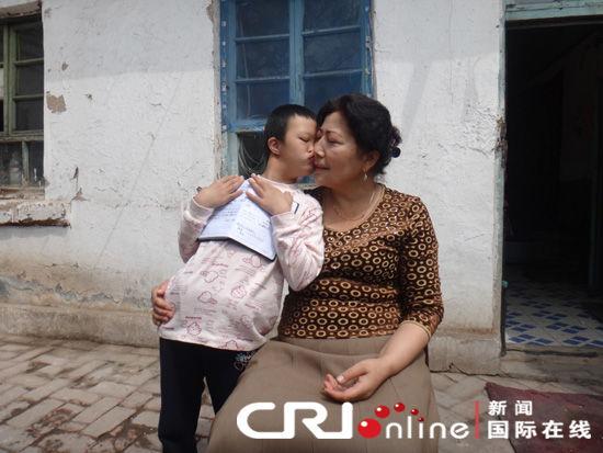 维吾尔族妈妈收养汉族残疾女婴 精心呵护花骨