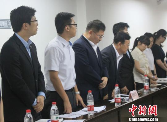 谈判会结束时,韩亚代表团起立鞠躬。 邵思翊 摄