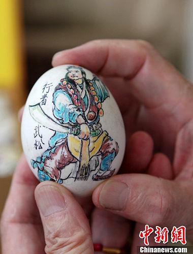 重庆七旬老人鸡蛋壳上作画显神通