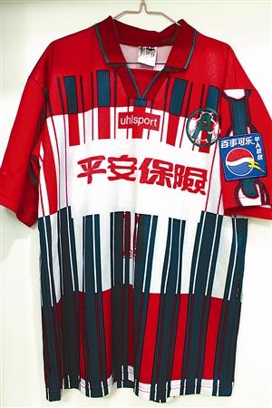 古董收藏以及艺术品收藏,但深圳球迷三过却喜欢收藏足球运动员的球衣.图片