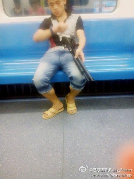地铁 男子/一男子持枪坐地铁...