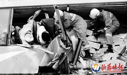 安徽合淮阜高速两车追尾致10人遇难