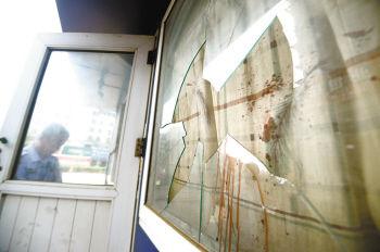 砸烂门卫室玻璃