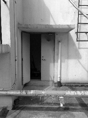 年轻女子11楼坠亡图片 22609 300x400