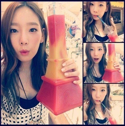 图片来源 少女时代贴吧 国际在线专稿:据韩国《亚洲经济》报道,少女时代成员泰妍手拿冰沙饮料合影的照片引来热议。昨日(15日),泰妍在自己的社交网站上发布一组照片并留言称:草莓加柠檬(STAWBERRY+LEMON),真的是美味至极。你也来品尝一下吧? 照片中,泰妍手拿着比自己面容还大的黄红相间冰沙并摆着许多可爱的表情拍照。特别是泰妍正在体验美味冰沙的照片,可爱的表情无人能比。而当网友看见这些照片也纷纷发表留言:泰妍的面容这么娇小啊?泰妍果然是美女,真的非常漂亮呢。泰妍越来越好看了。 (亚洲经济版权所有)