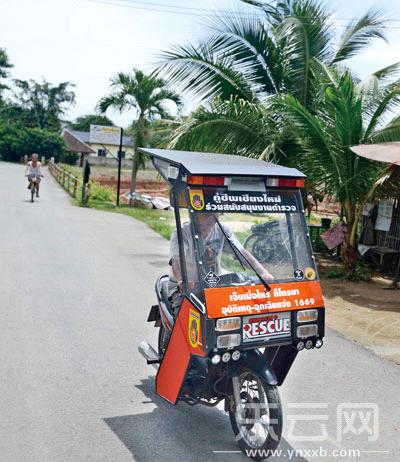 的摩托车既能遮风挡雨,也能防日晒.-摩托车上de泰国图片
