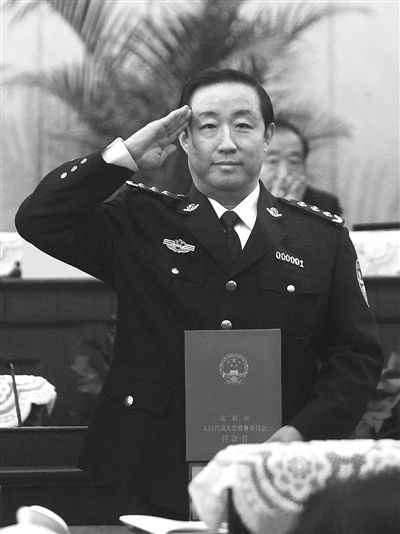 2010年2月26日,北京市公安局局长傅政华接受任命书。资料图片/新京报记者 韩萌 摄